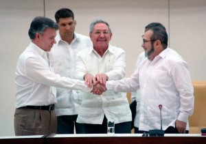Colombian President Juan Manuel Santos and FARC commander Rodrigo Londoño shake hands as Cuban leader Raúl Castro looks on in Havana. (Photo : Peace Delegation of the FARC-EP)